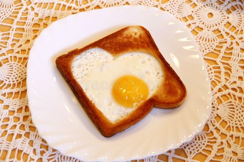ägg stekt hurtigt som rostat bröd royaltyfri bild