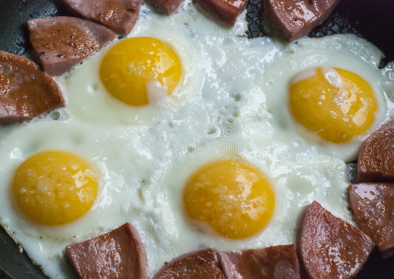 ägg stekte korven royaltyfria bilder