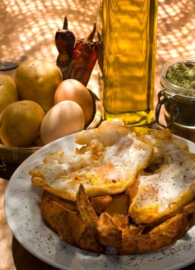 ägg stekte plattapotatisar tjänade som white royaltyfria foton