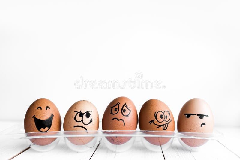 Ägg vänder mot, drawnigs på ägget, påskägg fotografering för bildbyråer