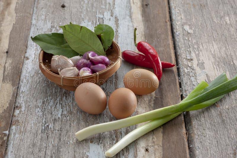 Ägg, vitlöksleka, röda chili royaltyfri bild