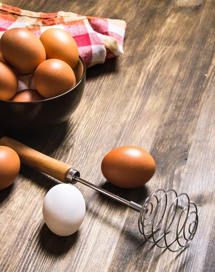 Äggen i bunken med vifta på tyget arkivbild