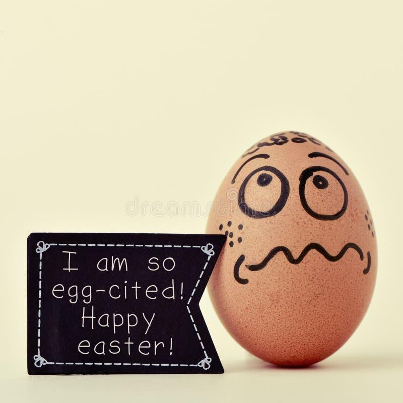 Ägget med en skylt med texten ägg-citeras jag så, lycklig öst royaltyfria bilder