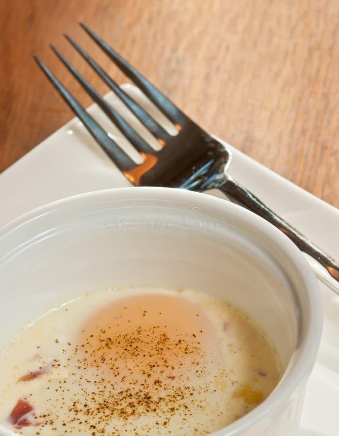 Ägget med prosciuttoen, sol torkade tomater och chèvre royaltyfri foto