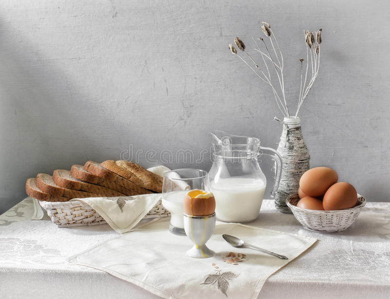 Ägget och mjölkar stilleben royaltyfri foto