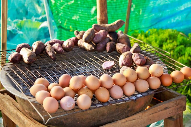 Ägggaller på rostfritt ingrepp med fokusen på thailändsk mat I för förgrund arkivbild