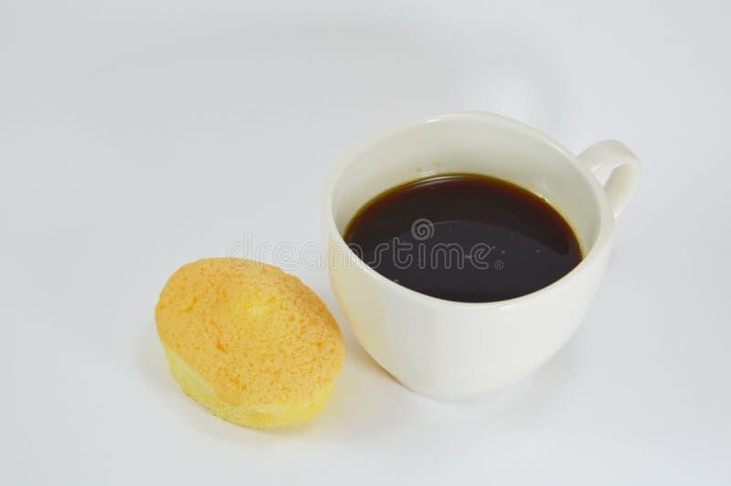 Äggkaka med kräm- fyllning och svart kaffe fotografering för bildbyråer