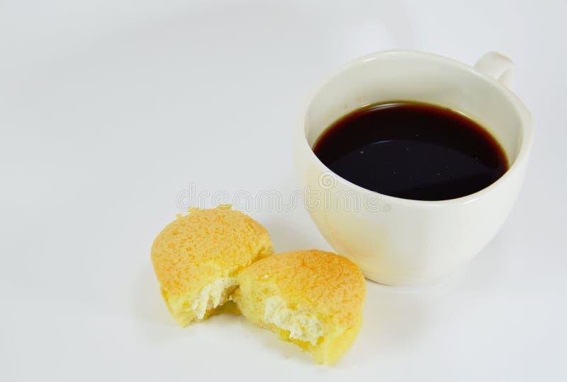 Äggkaka med kräm- fyllning och svart kaffe royaltyfri foto