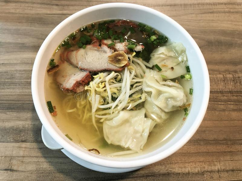 Äggnudel med rött griskött för galler, kinesisk mat arkivfoton