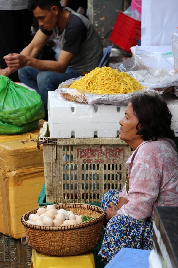 Äggsäljaren på den centrala marknaden, en stor marknad med otaligt stannar av gods arkivbild
