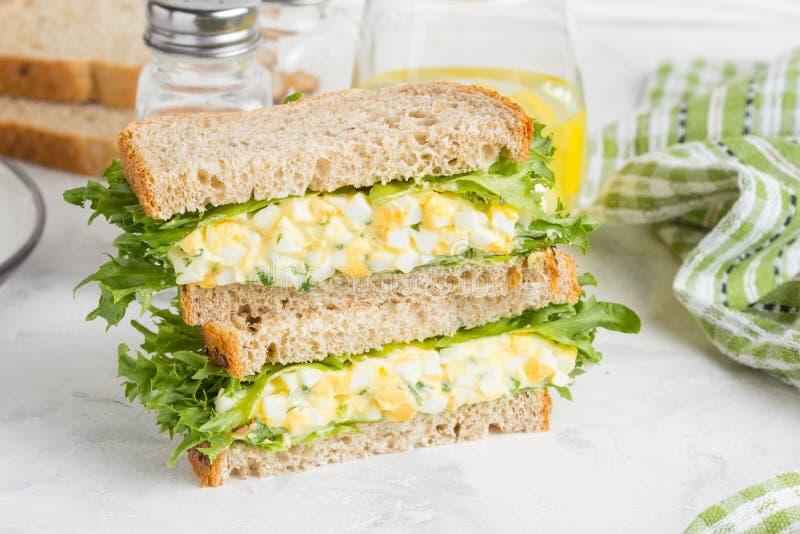 Äggsalladsmörgås, gräsplaner, grönsallat, läcker sund frukost arkivfoto