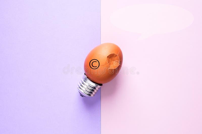 Äggskal för ljus kula på Copyright för grundbegreppssymbol skydd royaltyfria bilder