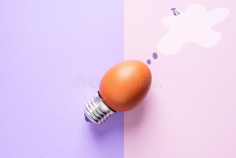 Äggskal för ljus kula på energi för grundbegreppsidé - besparing arkivfoto