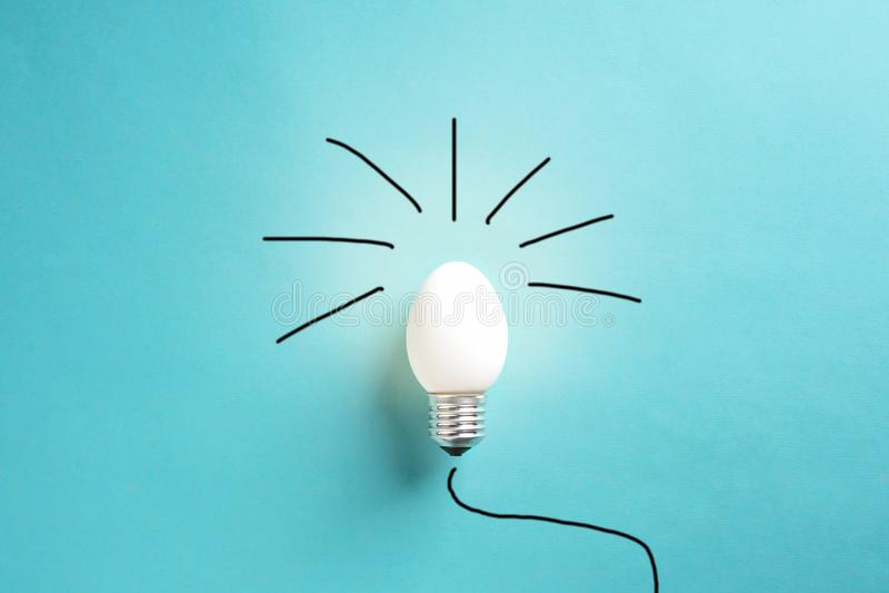 Äggskal för ljus kula på grundbegreppsenergi - besparing fotografering för bildbyråer