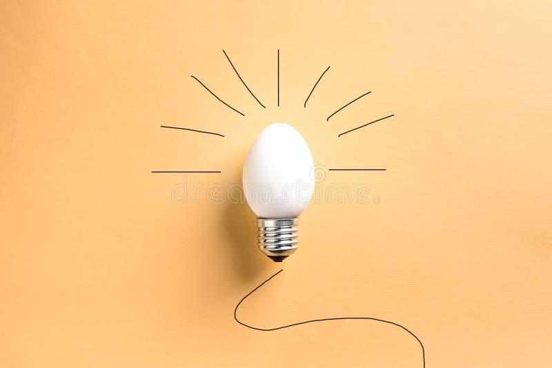 Äggskal för ljus kula på grundbegreppsenergi - besparing arkivbilder