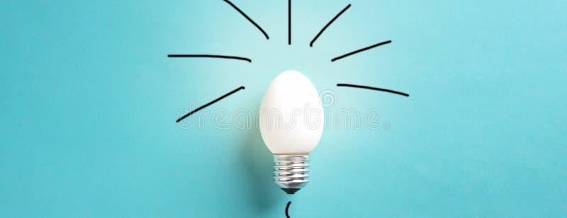 Äggskal för ljus kula på grundbegreppsenergi - besparing royaltyfri fotografi
