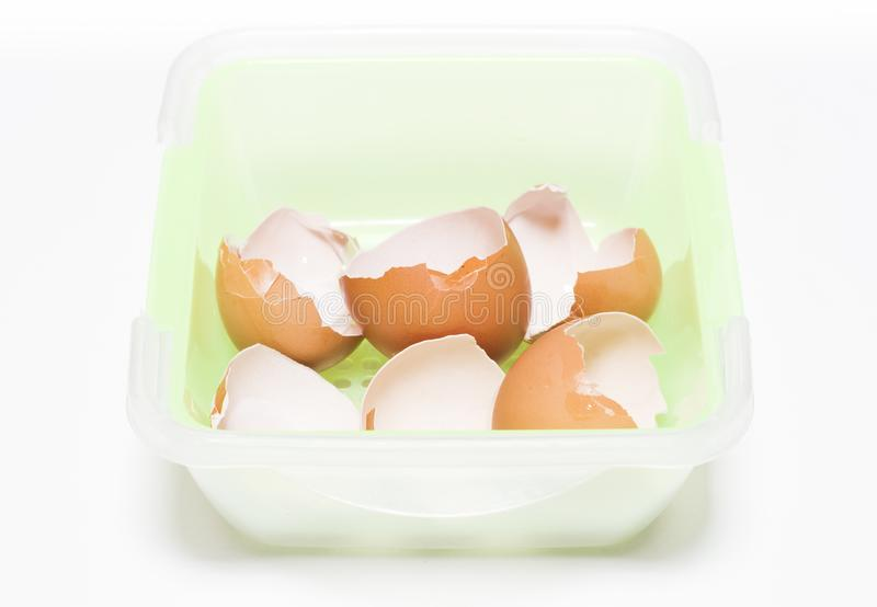 Äggskal i den plast- korgen royaltyfri foto