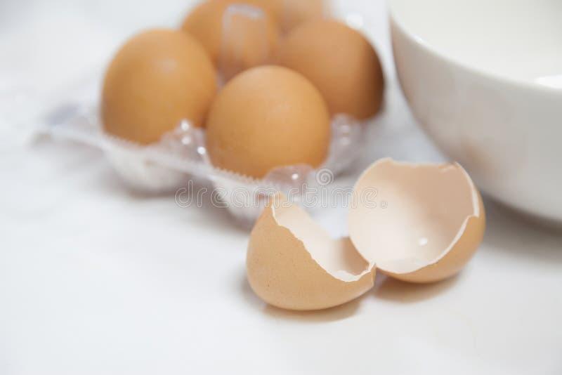 Äggskal med den vita bunken och lådan arkivbild