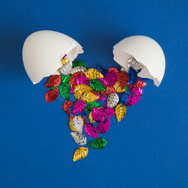 Äggskal med mångfärgat sidaabstrakt begrepp fotografering för bildbyråer