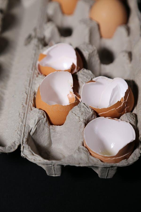 Äggskal och spänning, eller äggskal och mat! arkivfoton
