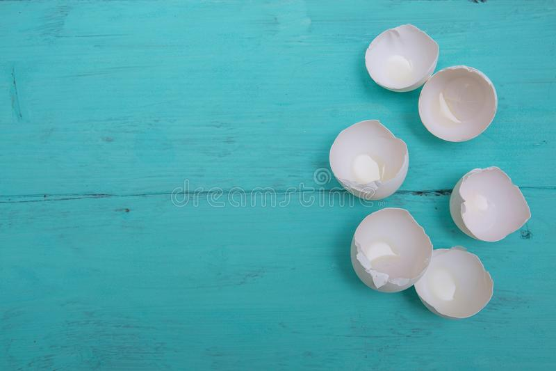 Äggskal på trätabellen arkivfoton