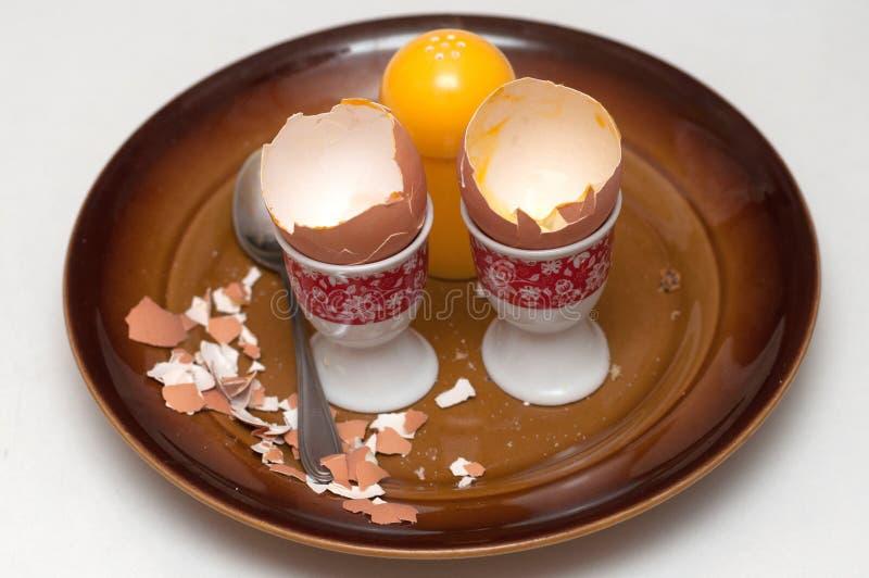 Äggskal som lämnas efter frukost arkivfoton