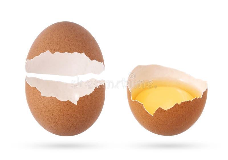 Äggskalstunt och brutet tomt ägg som isoleras på vit bakgrund arkivbild