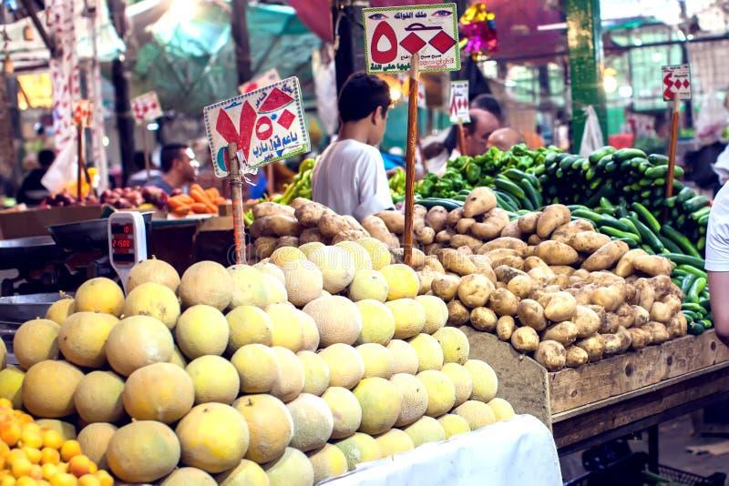 Ägypten, Hurghada, 27 Mai 2019, Obst- und Gemüsebasis mit Käufern und Verkäufern stockfotos