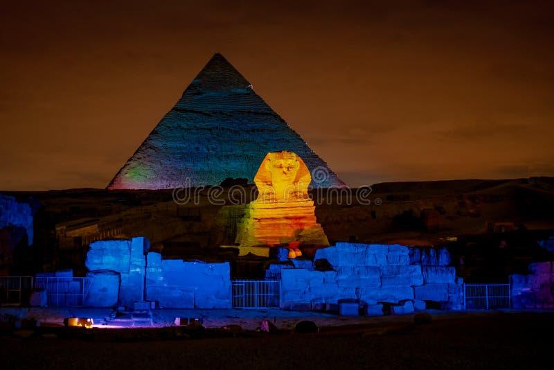Ägypten-Nacht an den Pyramiden mit der Sphinxe belichtet stockbild