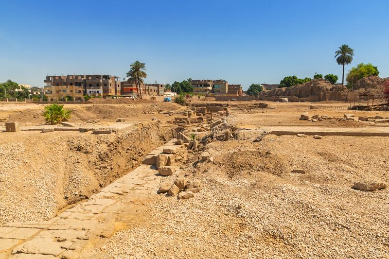 Ägypterruinen nahe dem Karnak-Tempel stockbilder