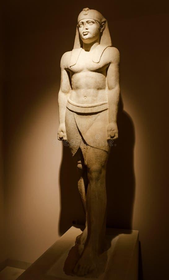 Ägyptisch-römische Marmorstatue in einem Museumslicht stockfoto