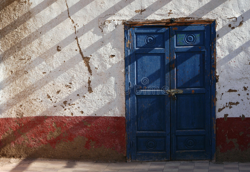 Ägyptische blaue Tür stockfotos