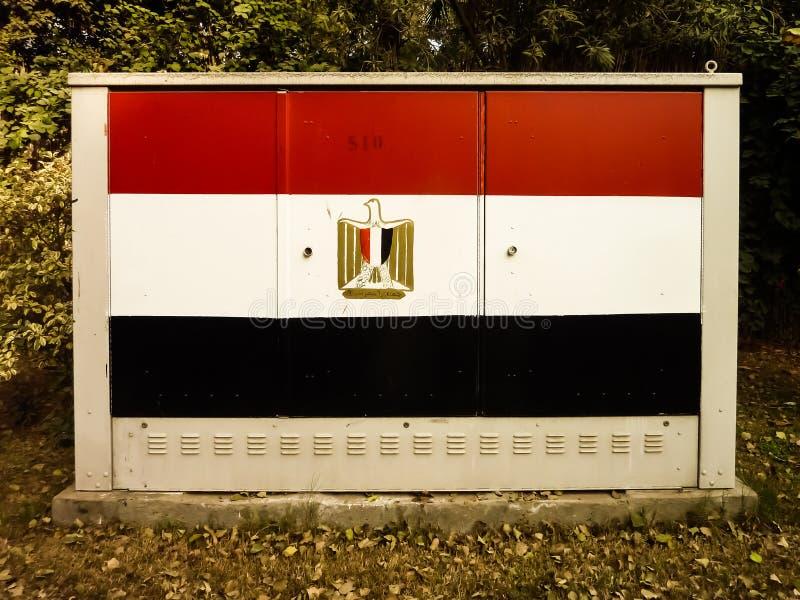 Ägyptische Flagge gemalt auf einem Kairo-Straßen-elektrischen Schalter-Stations-Kasten Flagge schließt Ägypter Eagle mit ein stockfotografie