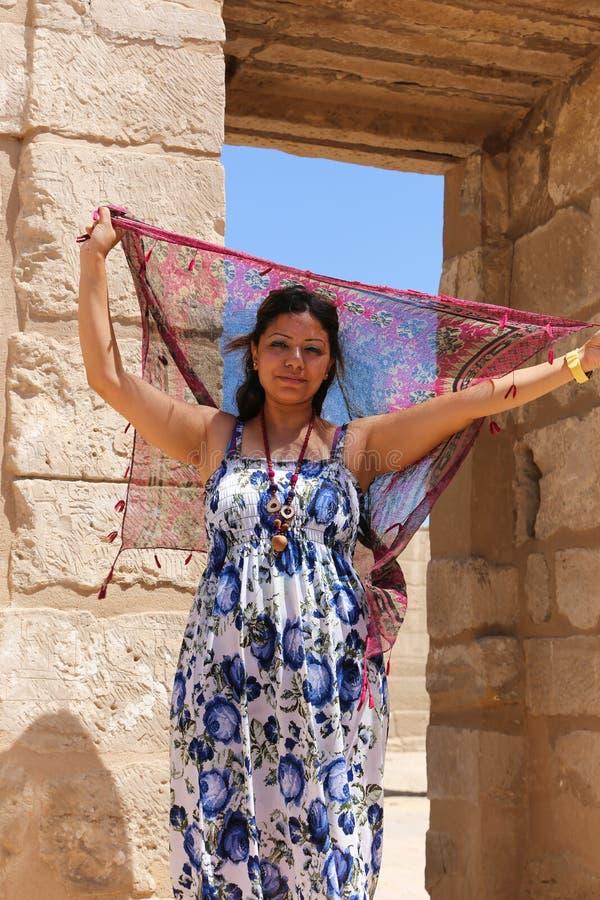 Ägyptische Frau an Ramesseum-Tempel in Luxor - Ägypten stockfoto