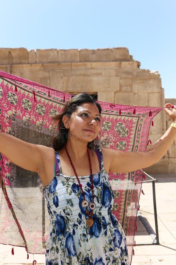Ägyptische Frau an Ramesseum-Tempel in Luxor - Ägypten lizenzfreie stockfotografie