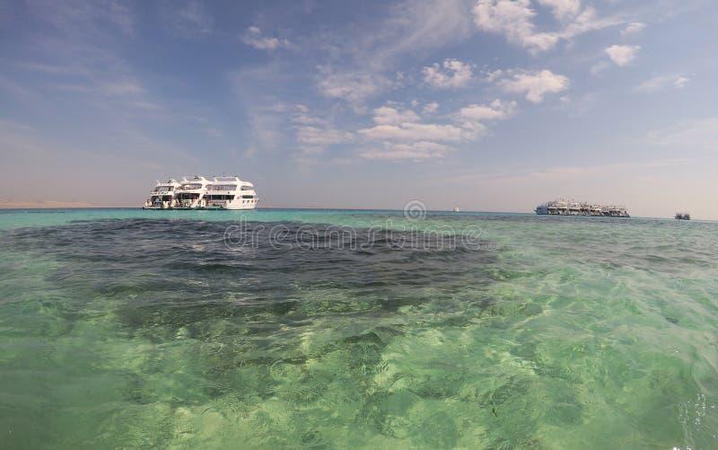 Ägyptische Insel im Scharm-el-Scheik mit türkisblauem Wasser lizenzfreies stockbild