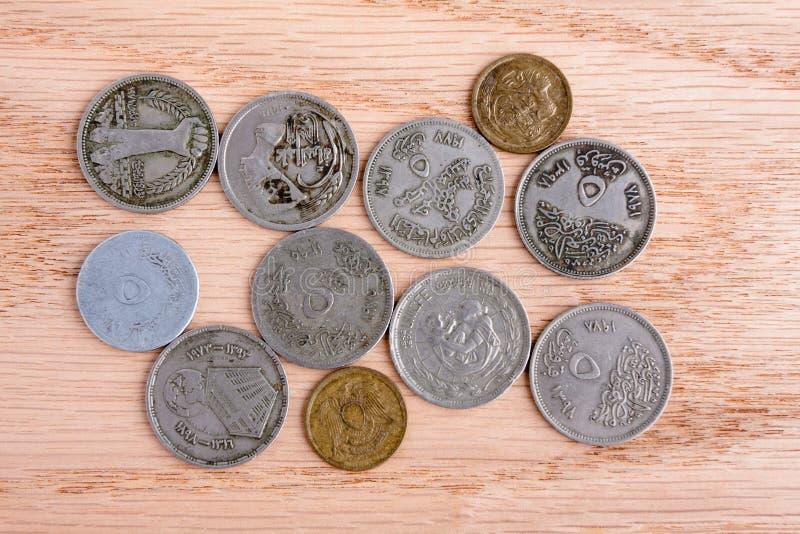 Ägyptische Münzen auf hölzernem Hintergrund stockfotografie