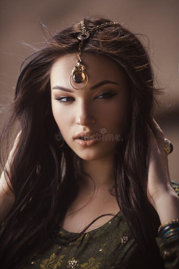 Ägyptische Prinzessin Cleopatra in der Wüste lizenzfreie stockbilder