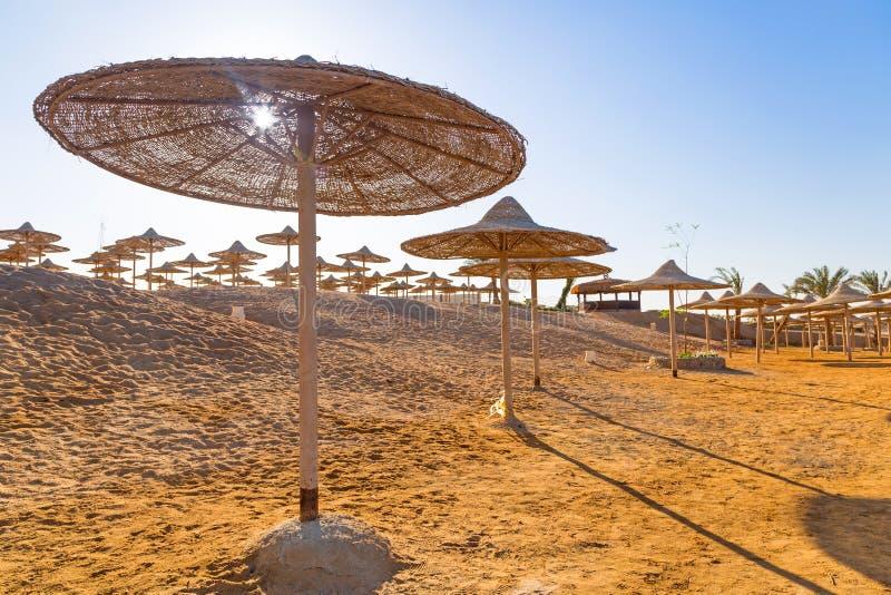 Ägyptische Sonnenschirme auf dem Strand lizenzfreie stockfotografie