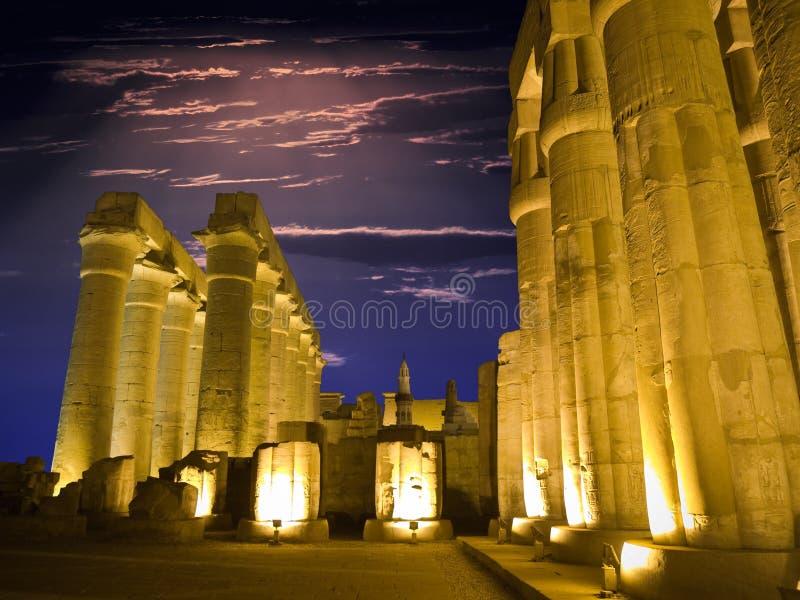 Ägyptische Spalten nachts lizenzfreie stockfotografie