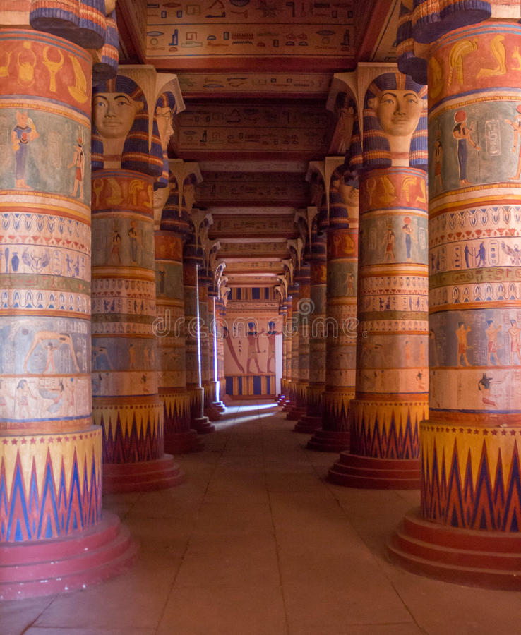 Ägyptische Tempelspalten gefüllt mit Hieroglyphen stockbilder