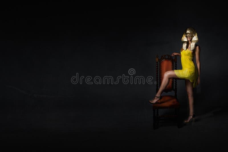 Ägyptischer Charakter im dunklen Hintergrund stockfotos