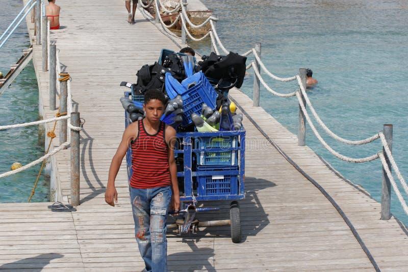 Ägyptischer Junge auf dem Pier lizenzfreie stockfotos