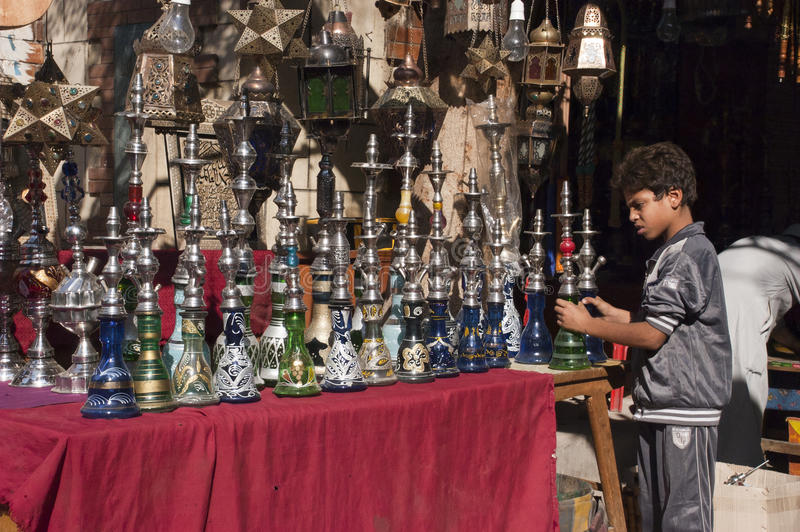 Ägyptischer Junge, Straßenhändler, Shisha Huka-System stockfotografie