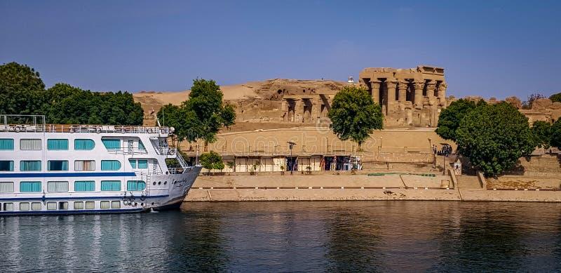 Ägyptischer Tempel Nile Cruise Boat Next Tos lizenzfreies stockfoto