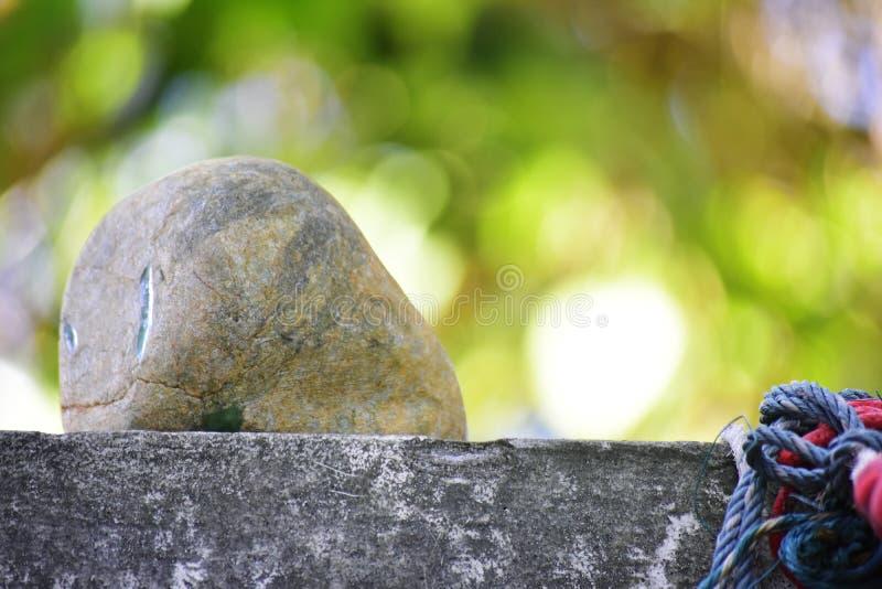 Äkta jade är ett naturligt klumpa sig Det inte har ännu klippts arkivbild