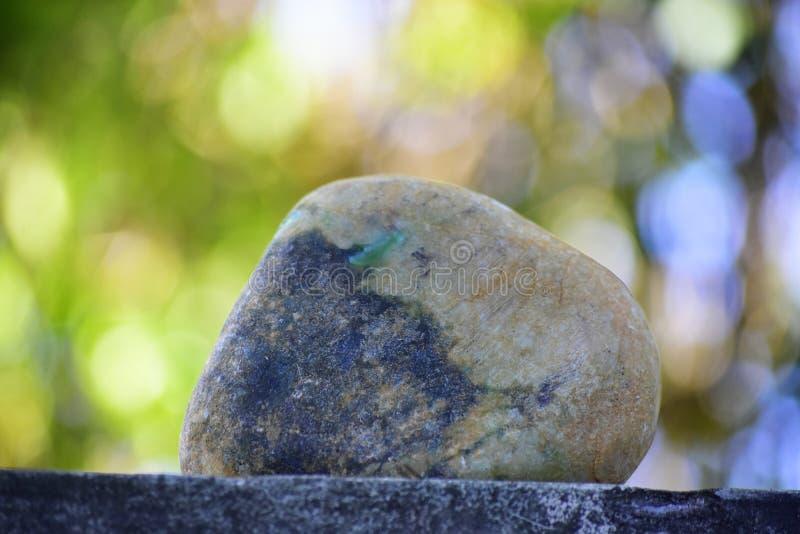 Äkta jade är ett naturligt klumpa sig Det inte har ännu klippts royaltyfri foto