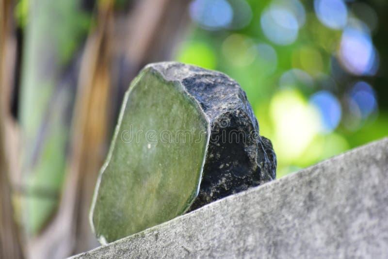 Äkta jade är ett naturligt klumpa sig Det inte har ännu klippts arkivbilder