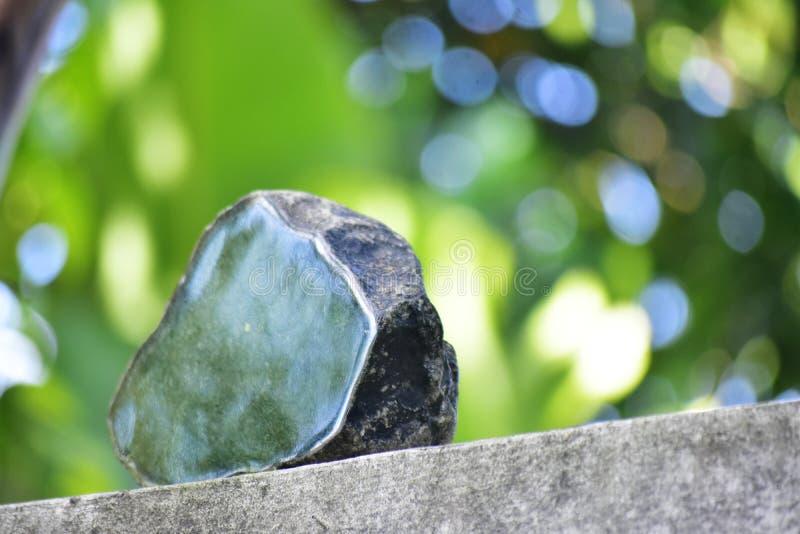 Äkta jade är ett naturligt klumpa sig Det inte har ännu klippts royaltyfri fotografi