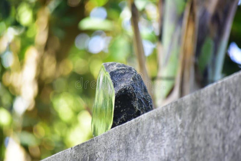 Äkta jade är ett naturligt klumpa sig Det inte har ännu klippts arkivfoto